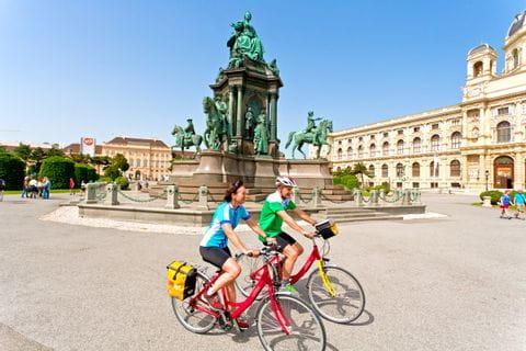 Radfahrer am Vorplatz des naturhistorischen Museums in Wien