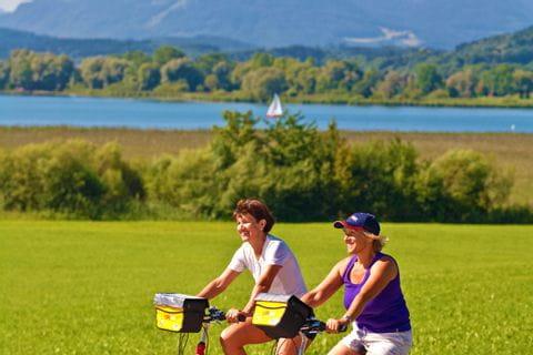 Zwei Frauen die am Nordufer des Chiemsees radeln