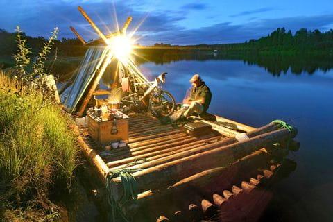 Abendstimmung auf dem Floß in Schweden