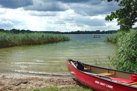 Kanu am Ufer an der Mecklenburger Seenplatte