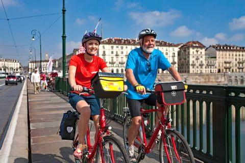 Zwei Radfahrer auf einer Brücke
