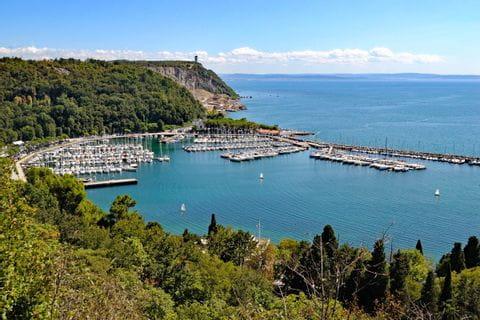 Blick auf einen Hafen und das Meer