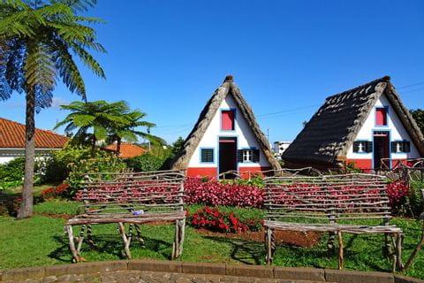 Die typischen Stroh-Häusern in Santana