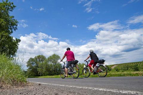 Radfahrer bei blauem Himmel
