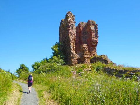 Historische Ruine mit Wanderin am Fife Coastal Path