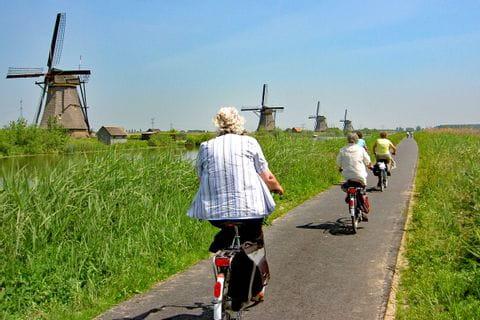 Radfahrer bei Windmühlen