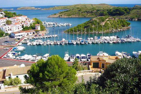Wandern mit Blick auf den Hafen von Port d'Addaia