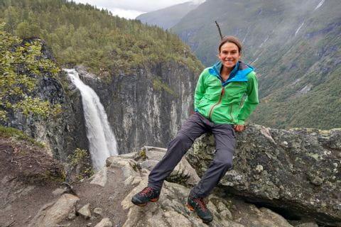 Wanderer im Nationalpark Jotunheimen, im Hintergrund die Berge und Wasserfall