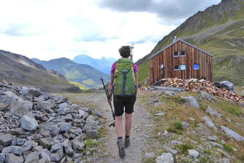 Wanderer genießt Bergpanorama