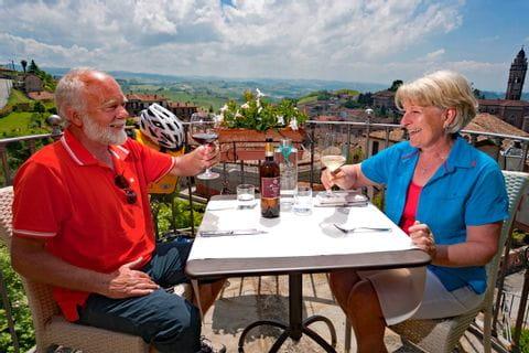 Radler genießen Essen und ein Glas Wein