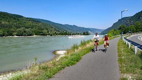 Rad & Schiff 2020 - Radfahrer am Donauradweg mit der MS Normandie