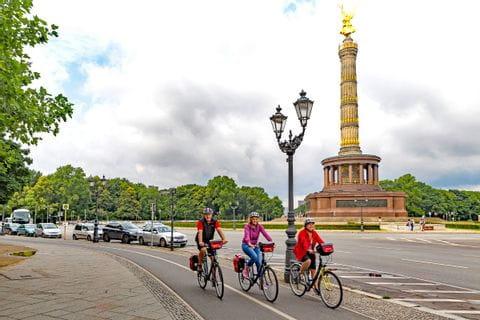 Radfahrer vor der Siegessäule in Berlin