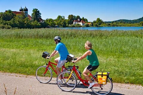 Eurobike Radfahrer am Ufer des Chiemsees