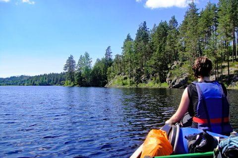 Ausblick vom Kanu auf dem tiefblauen See