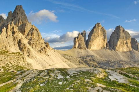 Wandern in den Dolomiten mit Blick auf die Drei Zinnen