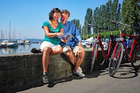 Radler machen Pause an der Promenade am Bodensee