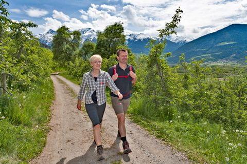 Wanderer auf der Via Claudia nahe der Churburg
