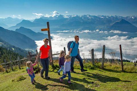 Familie wandert mit Blick ins Tal