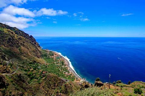 Panoramawandern mit Blick auf die Küste Madeiras