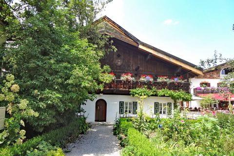 Faszinierende Bauernhäuser beim Wanderstart in Garmisch-Partenkirchen