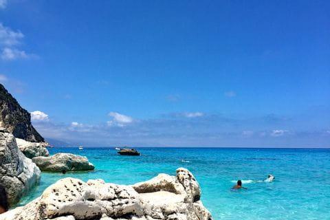 Strand an der Küste in Sardinien
