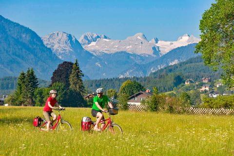 Zwei Radfahrer vor Bergkulisse