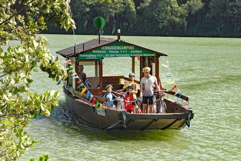Radüberfahrt mit dem Boot auf der Donau