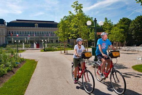 Zwei Radfahrer vor dem Kurhaus in Bad Ischl