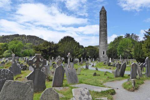 Mittelalterliche Ruhestätte der Klosterruine Glendaloug