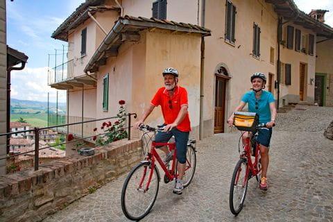 Radler in Altstadt von Montforte d'Alba