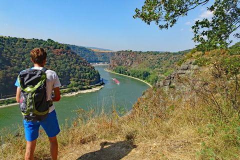 Wanderer mit Blick auf den Loreley Felsen