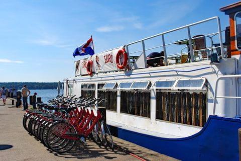 Sternfahrt Müritz Räder vor einem Schiff