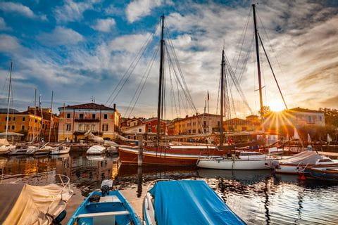 Farbenprächtiger Sonnenuntergang an Hafen von Bardolino