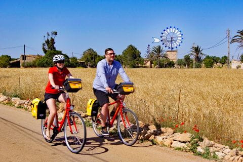 Radfahrer vor Landschaft mit Windräder