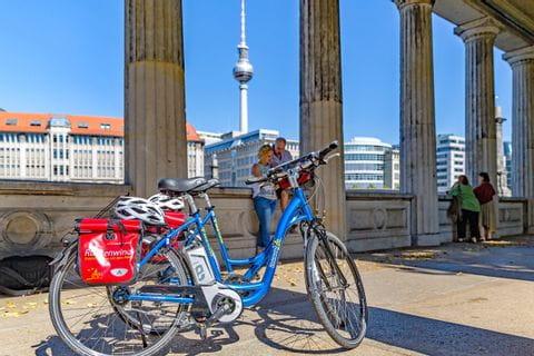 Radlerpause vor dem Berliner Fernsehturm