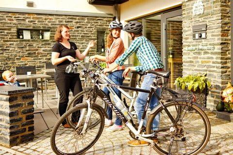 Radfahrer am Moaselradweg machen eine Weinpause