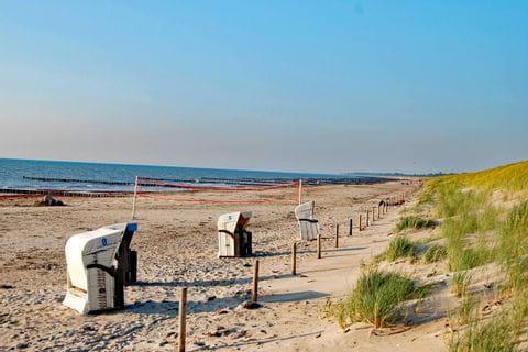 Strandkörbe an einem Strand an der Ostsee