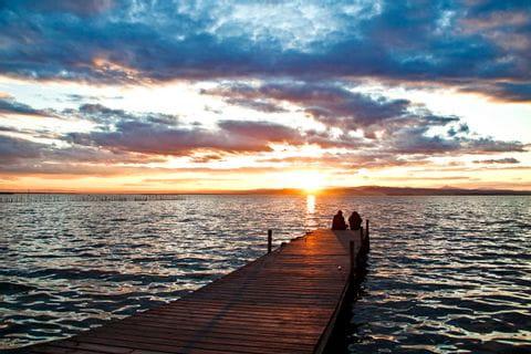 Steg mit Sonnenuntergang am Meer
