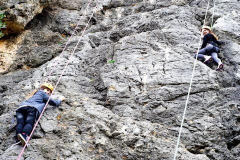 Kinder beim Klettern am Naturfels