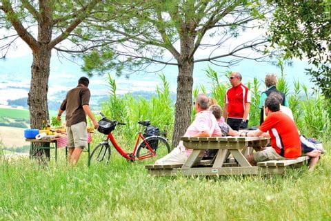 Radler machen ein Picknick in der Toskana