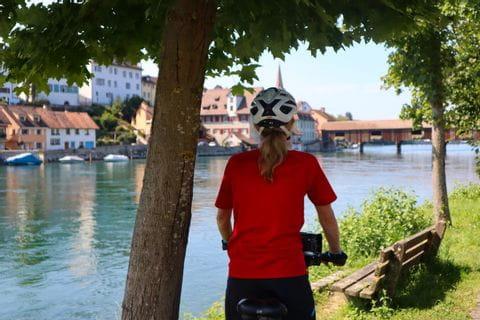 Radfahrer der auf Diessenhofen schaut