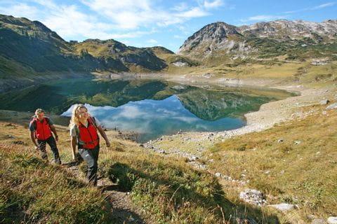 Wanderer am Formarinenweg nach Lech am Arlberg
