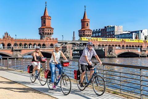 Radfahrer auf der Oberbaumbrücke in Berlin