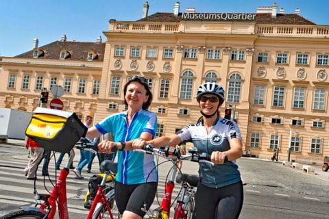 Radfahrer vor dem Museumsquartier