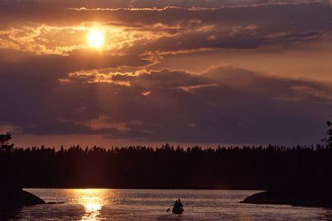 Sonnenuntergang über dem Horizont in Schweden