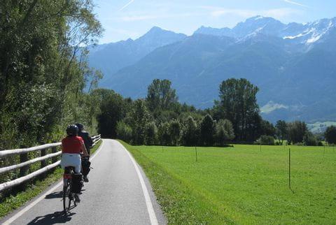 Radfahrer vor Bergpanorama im Vinschgau