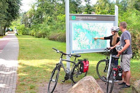 Radfahrer beim Lesen einer Landkarte