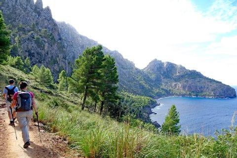 Malerischer Küstenweg entlang der Cala Tuent
