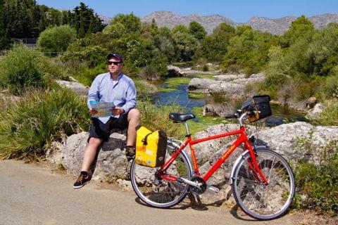 Radfahrer auf Radweg in Alcudia