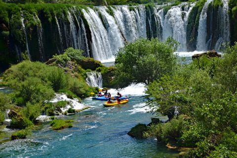 Kajakgruppe beim Wasserfall in Dalmatien